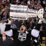 Dustin Brown, deuxième capitaine américain à soulever la Coupe. - NHL.com