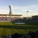 Le stade est intime et la foule se retrouve rapidement dans une très bonne ambiance.